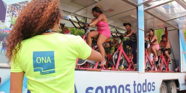 PlayONA puso en movimiento a miles de bañistas en Macuto (7)