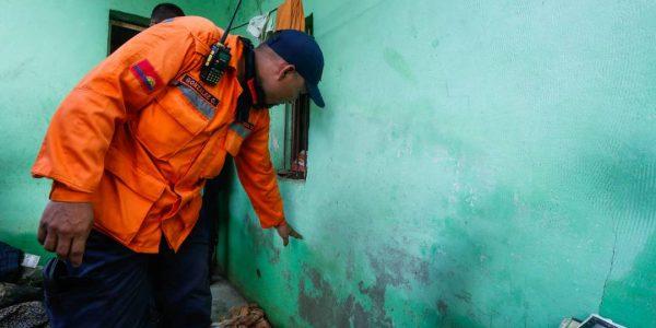 Sistema Integrado de Protección Civil y Bomberos atiende a familias afectadas en Carabobo (10)