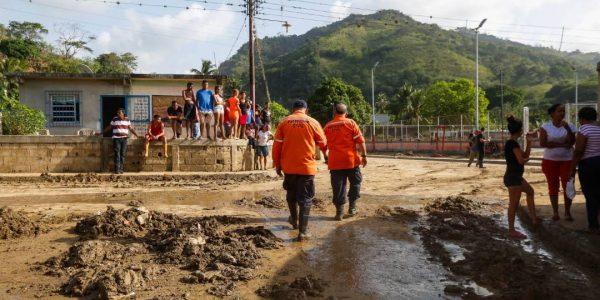 Sistema Integrado de Protección Civil y Bomberos atiende a familias afectadas en Carabobo (12)