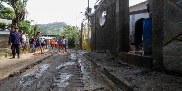 Sistema Integrado de Protección Civil y Bomberos atiende a familias afectadas en Carabobo (3)