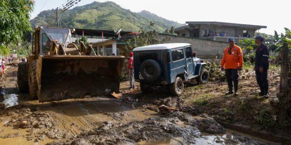 Sistema Integrado de Protección Civil y Bomberos atiende a familias afectadas en Carabobo (6)