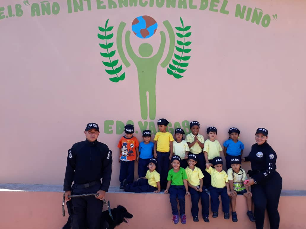 """Faes artículos escolares a niños del C.E.I.B. """"Año Internacional del Niño"""" en Vargas"""