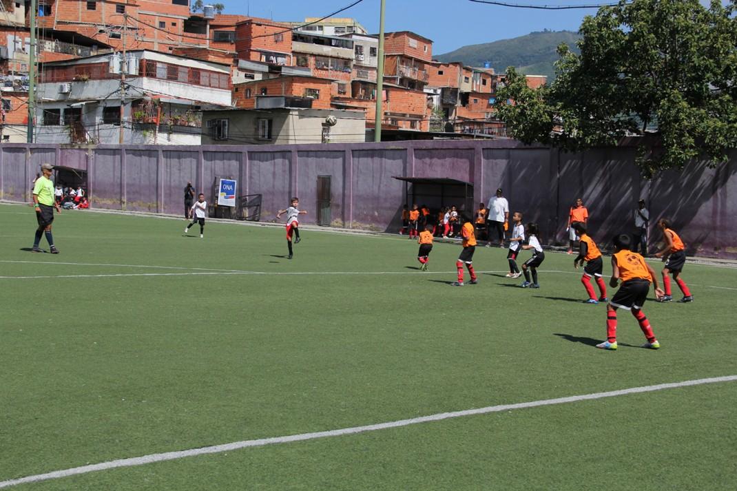 ONA abordó más de 200 niños con un cuadrangular de fútbol en el 23 de Enero (5)