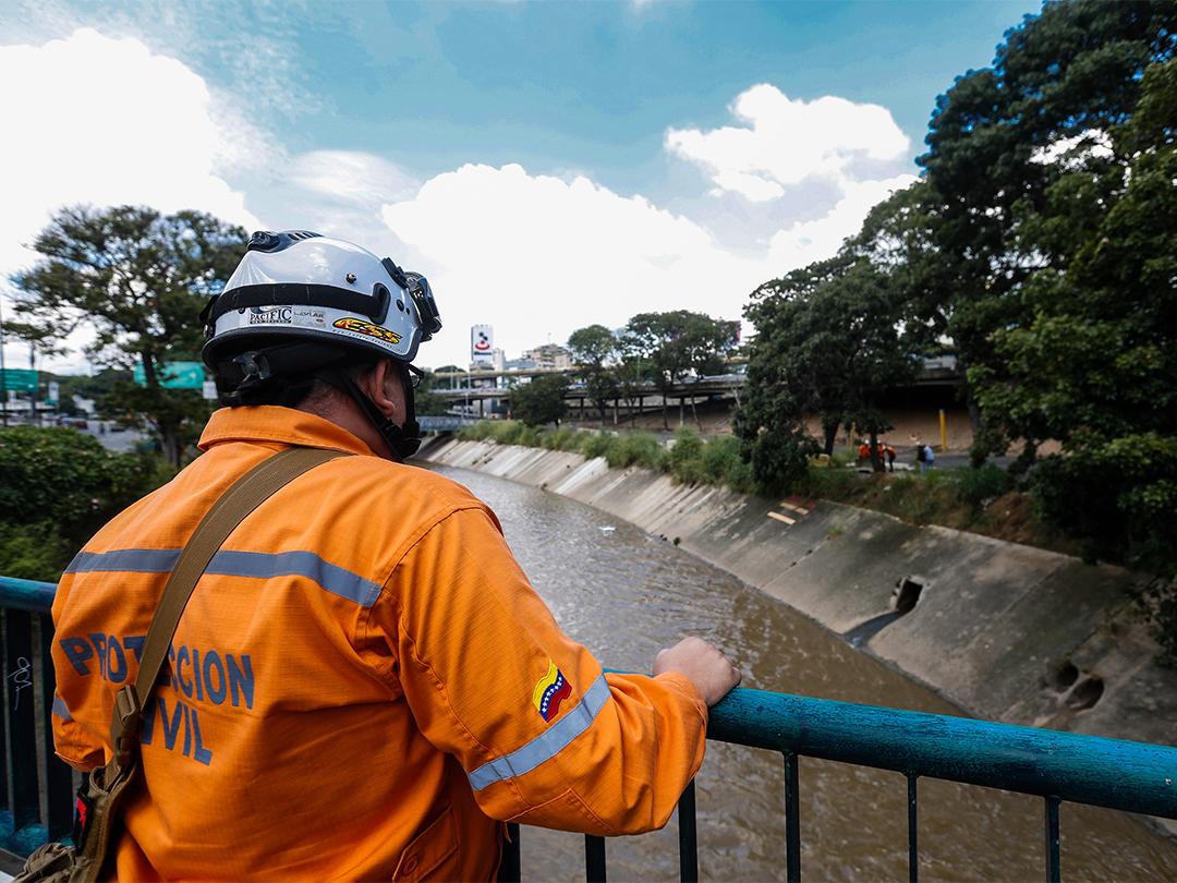 Protección Civil continua realizando labores de medición e inspección al río Guaire (2)