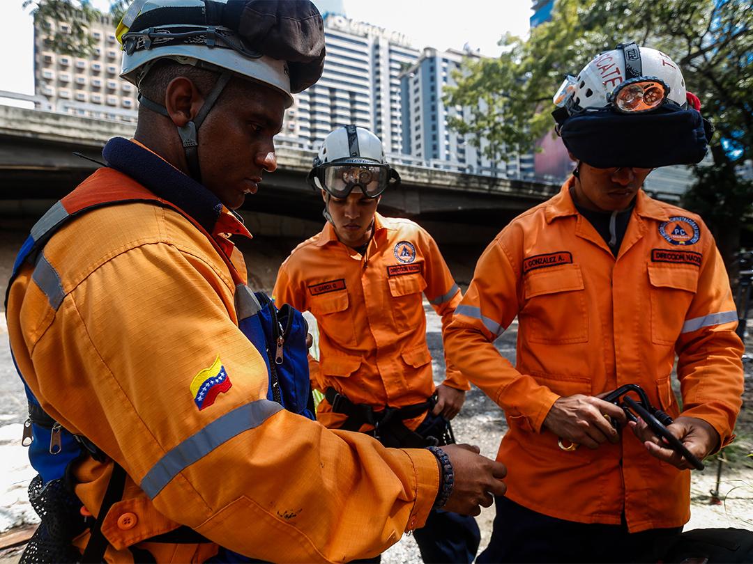 Protección Civil continua realizando labores de medición e inspección al río Guaire (3)