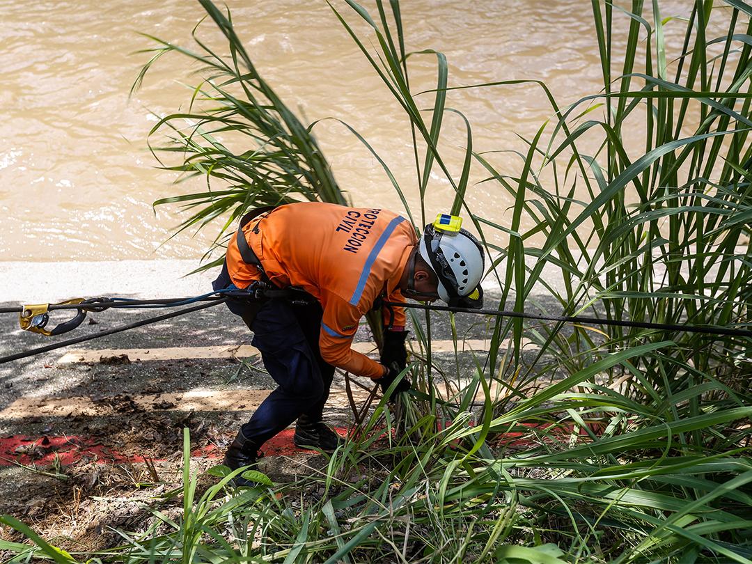 Protección Civil continua realizando labores de medición e inspección al río Guaire (4)