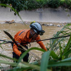 Protección Civil continua realizando labores de medición e inspección al río Guaire (5)