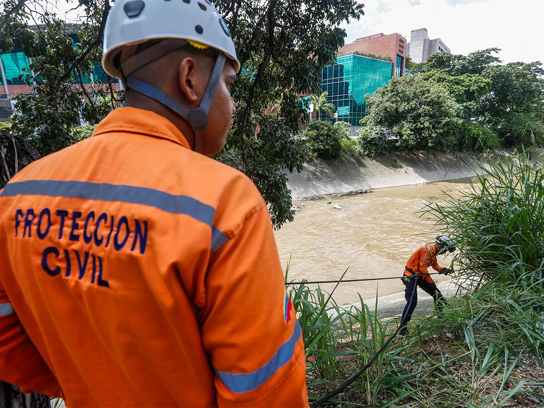 Protección Civil continua realizando labores de medición e inspección al río Guaire (6)