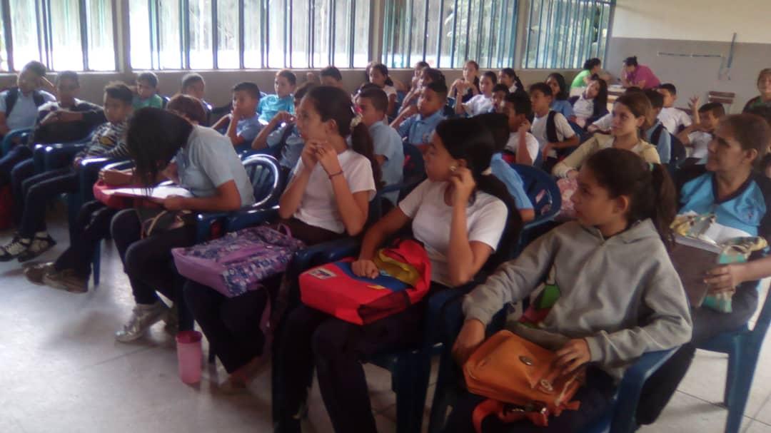 Senades sensibiliza en materia de desarme a los jóvenes trujillanos (5)