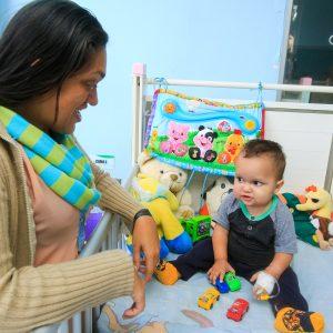 Bomberos entregaron regalos a niños del Hospital J.M de los Ríos (1)