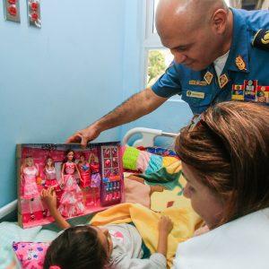 Bomberos entregaron regalos a niños del Hospital J.M de los Ríos (10)