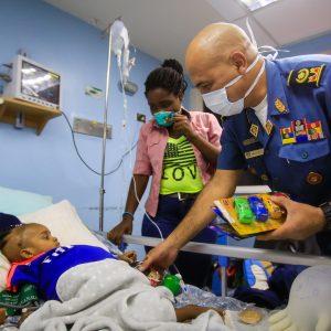 Bomberos entregaron regalos a niños del Hospital J.M de los Ríos (2)