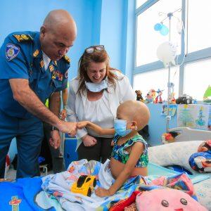 Bomberos entregaron regalos a niños del Hospital J.M de los Ríos (3)