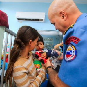 Bomberos entregaron regalos a niños del Hospital J.M de los Ríos (6)