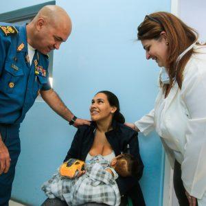 Bomberos entregaron regalos a niños del Hospital J.M de los Ríos (7)