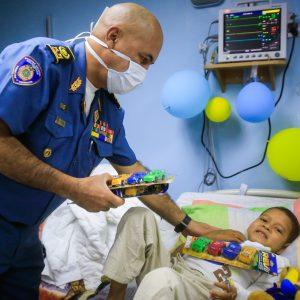 Bomberos entregaron regalos a niños del Hospital J.M de los Ríos (8)