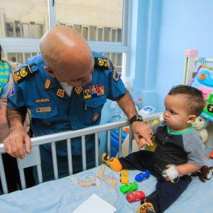 Bomberos entregaron regalos a niños del Hospital J.M de los Ríos (9)