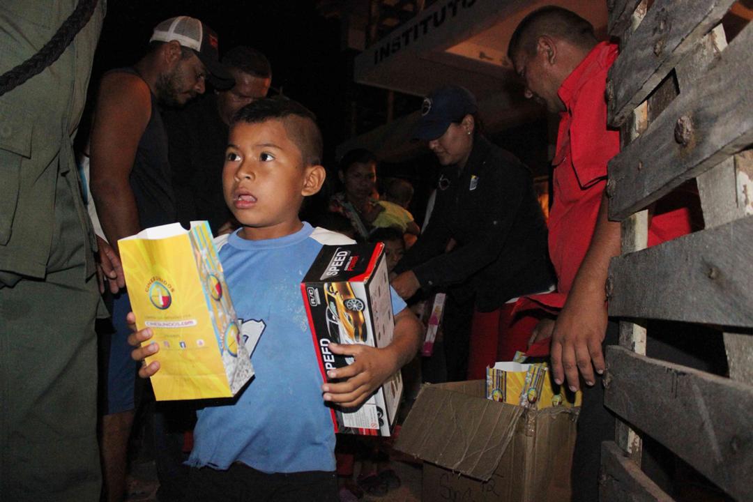 Con velada navideña en Isla de San Carlos niños disfrutaron de entrega de juguetes (13)