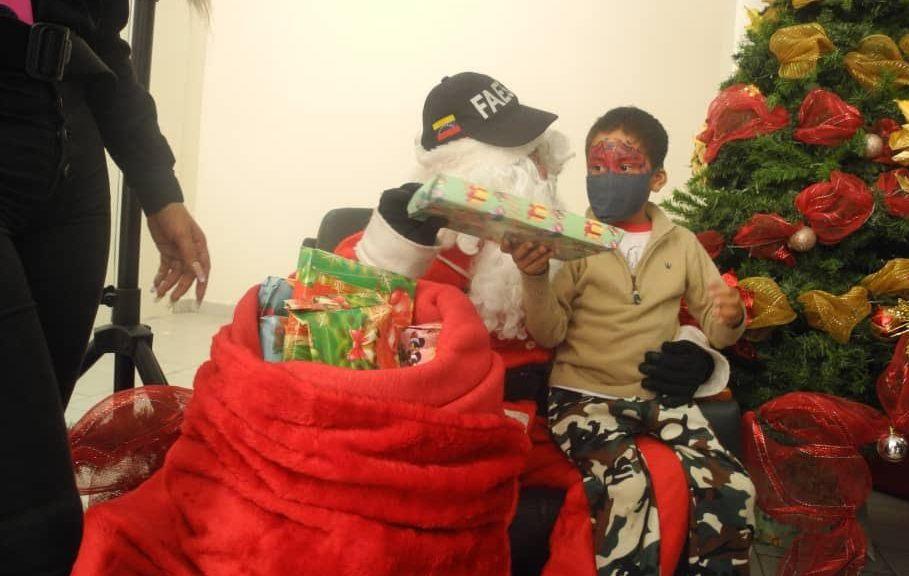 Niños del Hospital J.M de los Ríos recibieron juguetes de las manos de funcionarios de la Faes