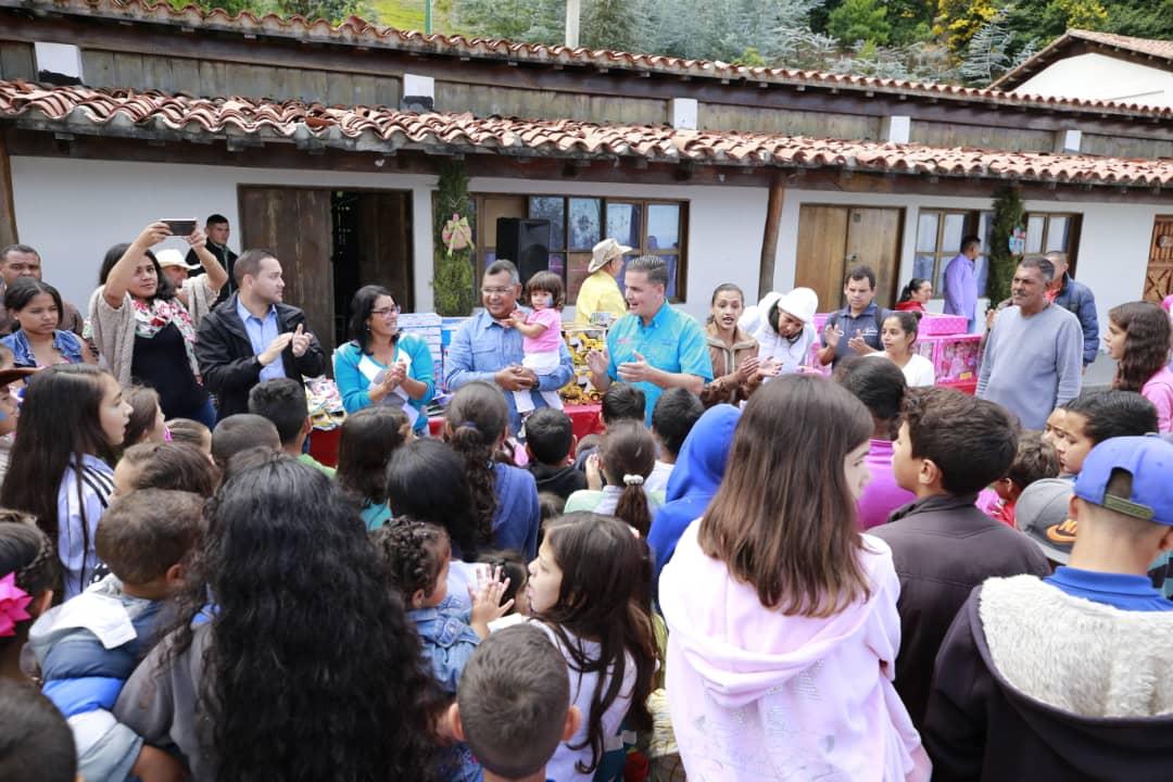 Ministro Nestor Reverol entrega juguetes a los niños de la comunidad de Galipán estado Vargas (1) – copia