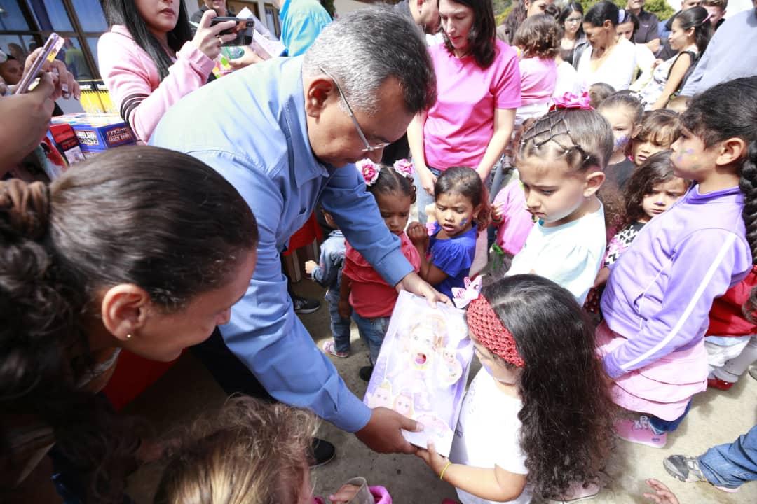 Ministro Nestor Reverol entrega juguetes a los niños de la comunidad de Galipán estado Vargas (10)