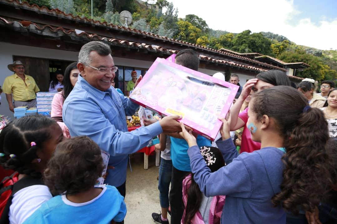 Ministro Nestor Reverol entrega juguetes a los niños de la comunidad de Galipán estado Vargas (13)