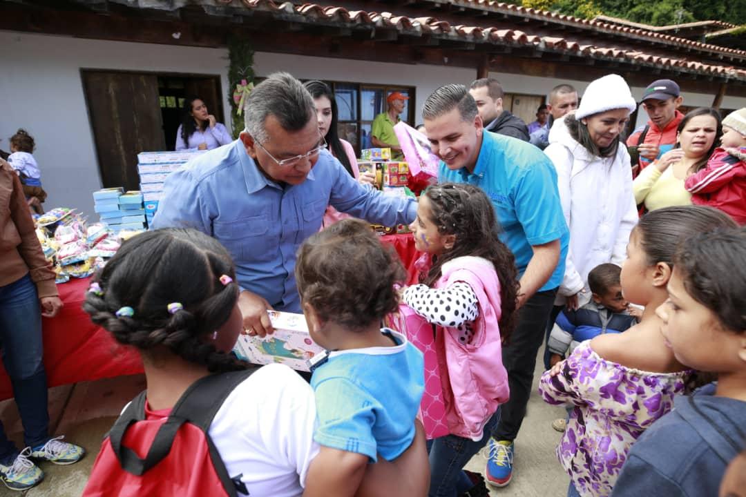 Ministro Nestor Reverol entrega juguetes a los niños de la comunidad de Galipán estado Vargas (2)