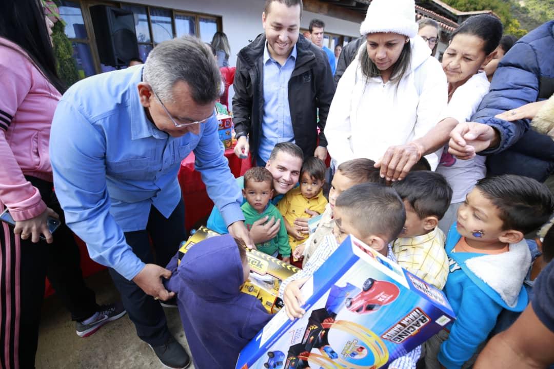 Ministro Nestor Reverol entrega juguetes a los niños de la comunidad de Galipán estado Vargas (20)