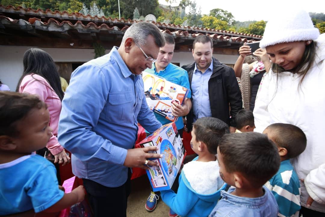 Ministro Nestor Reverol entrega juguetes a los niños de la comunidad de Galipán estado Vargas (21)