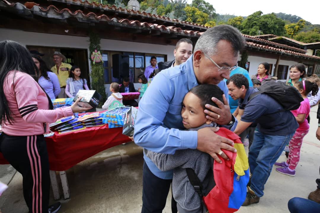 Ministro Nestor Reverol entrega juguetes a los niños de la comunidad de Galipán estado Vargas (24)