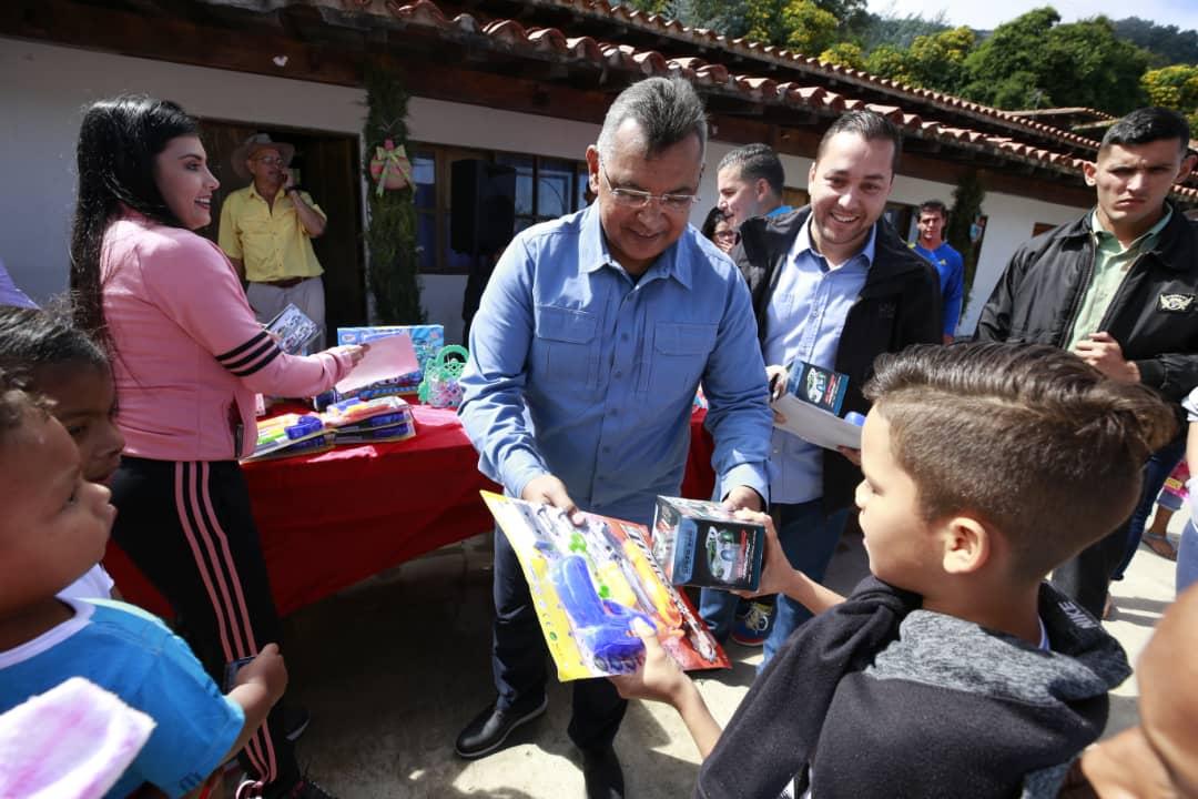 Ministro Nestor Reverol entrega juguetes a los niños de la comunidad de Galipán estado Vargas (28)