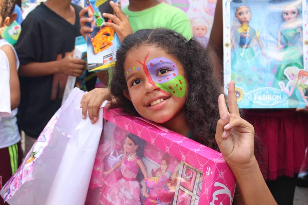 Niñas y niños de Las Clavellinas recibieron juguetes de la mano de la PNB (2)