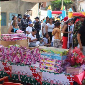 Niñas y niños de Las Clavellinas recibieron juguetes de la mano de la PNB (3)