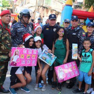 Niñas y niños de Las Clavellinas recibieron juguetes de la mano de la PNB (4)