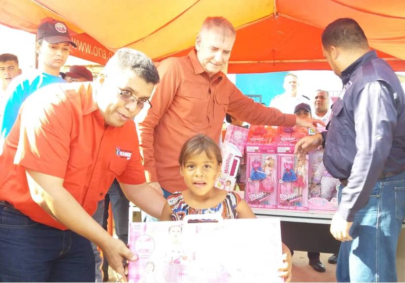Viceministro Edylberto Molina entregó más de 300 juguetes a niños indígenas Warao (2)