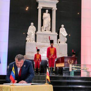 Delegación de Osetia del Sur en el Mausoleo El Libertador (5)