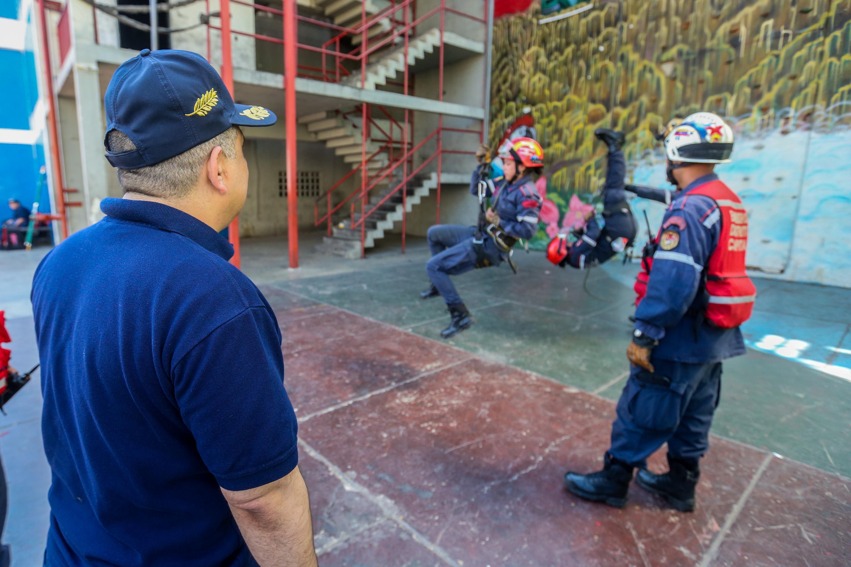 Bomberos del Distrito Capital afinan técnicas en materia de rescate (11)