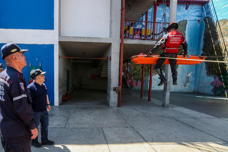 Bomberos del Distrito Capital afinan técnicas en materia de rescate (13)