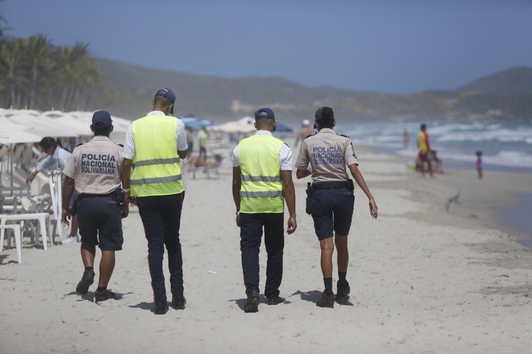 Policía Turística resguarda temporasdistas en playas de Nueva Esparta (18)