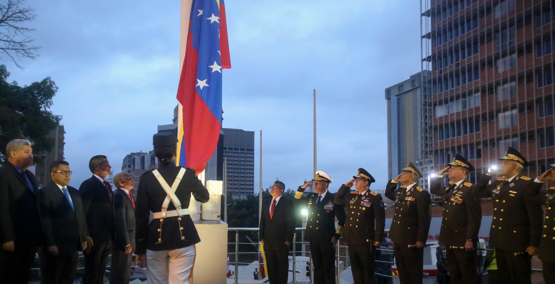 Con izada de bandera comenzaron actos conmemorativos del grito libertario del 19 de abril de 1810