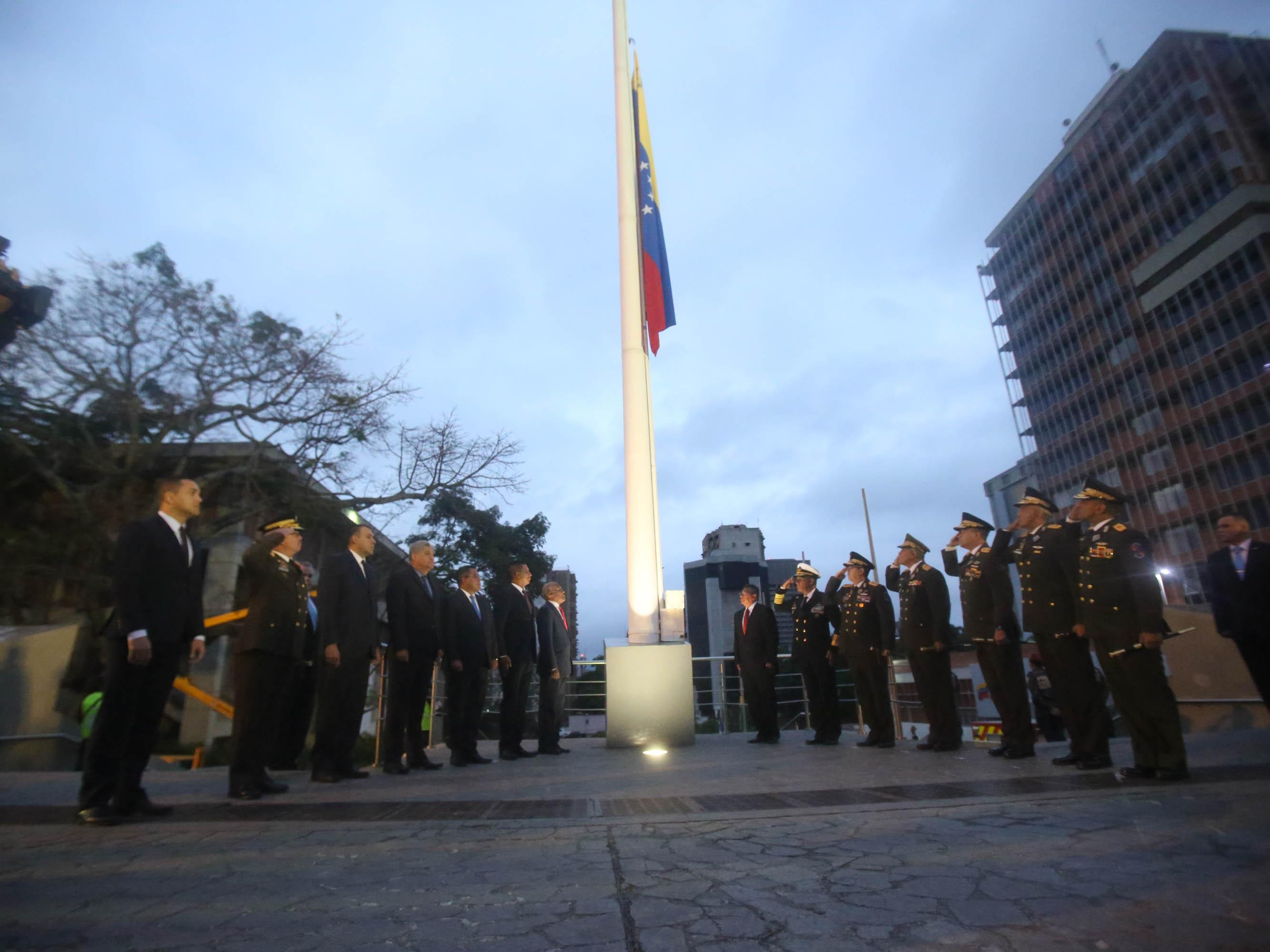 Con izada de bandera comenzaron actos conmemorativos del grito libertario del 19 de abril de 1810 (12)