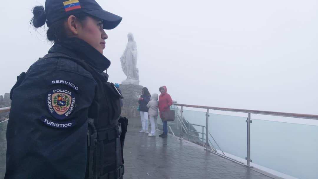 Policía Turística brinda atención integral a visitantes del Teleférico Mukumbarí en Mérida