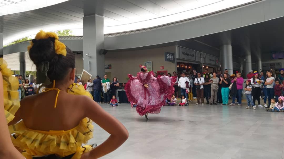 Policía Turística brinda atención integral a visitantes del Teleférico Mukumbarí en Mérida (7)