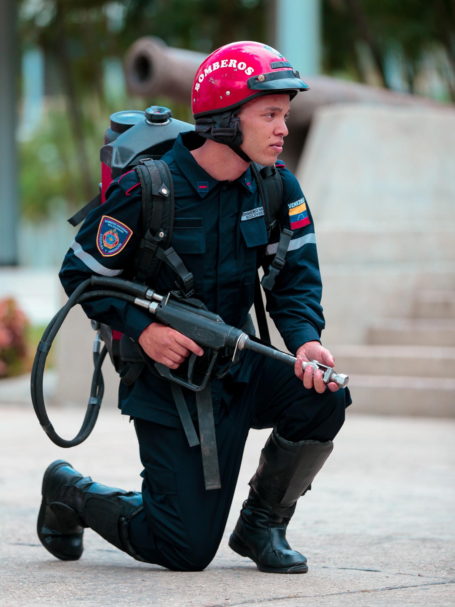 Dotados con uniformes Cuerpos de Bomberos del país (28)