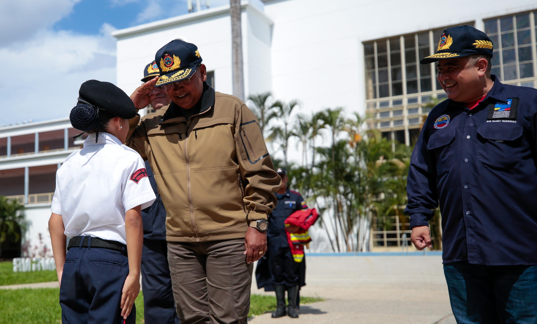 Dotados con uniformes Cuerpos de Bomberos del país (30)