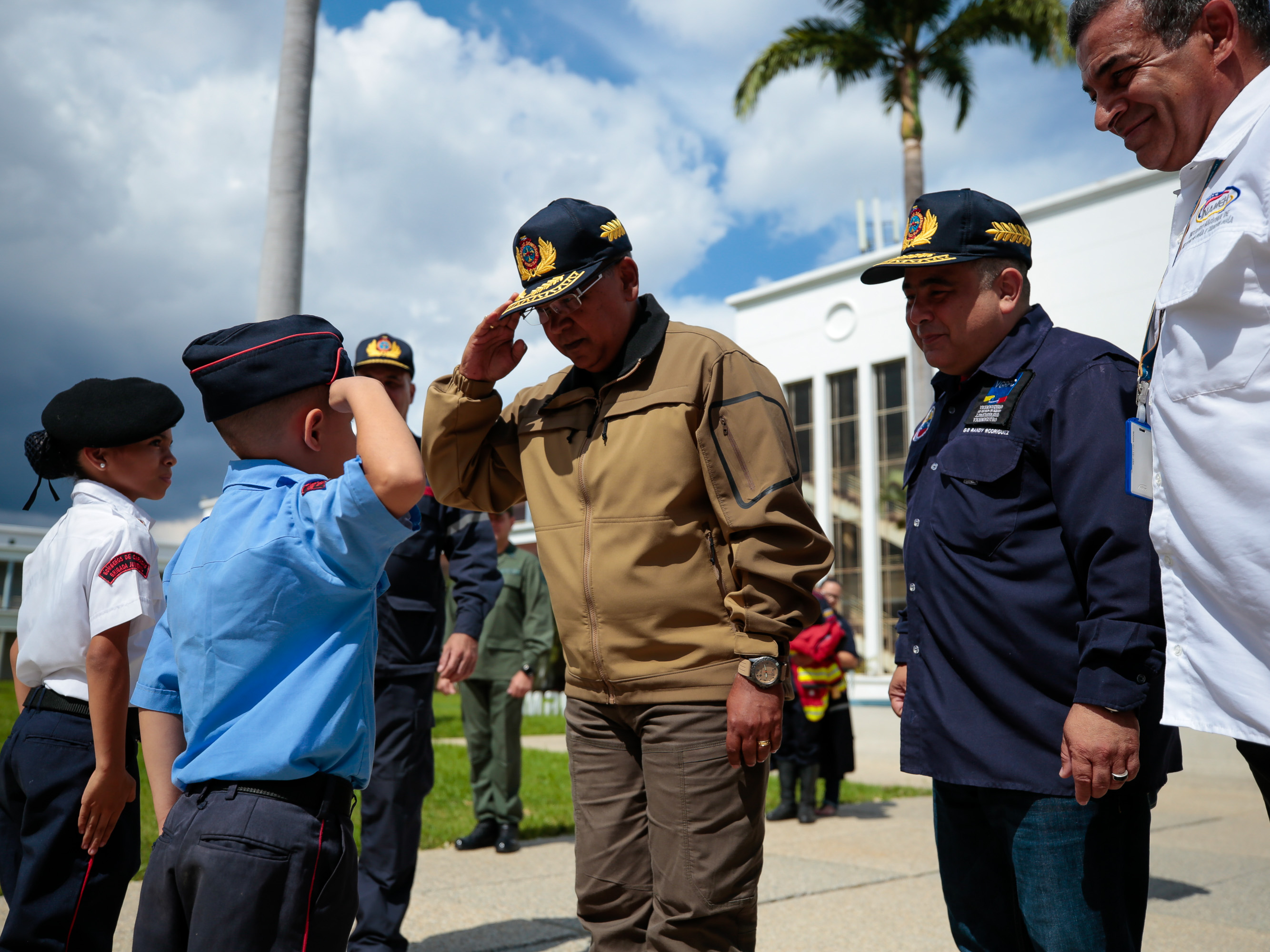 Dotados con uniformes Cuerpos de Bomberos del país (31)