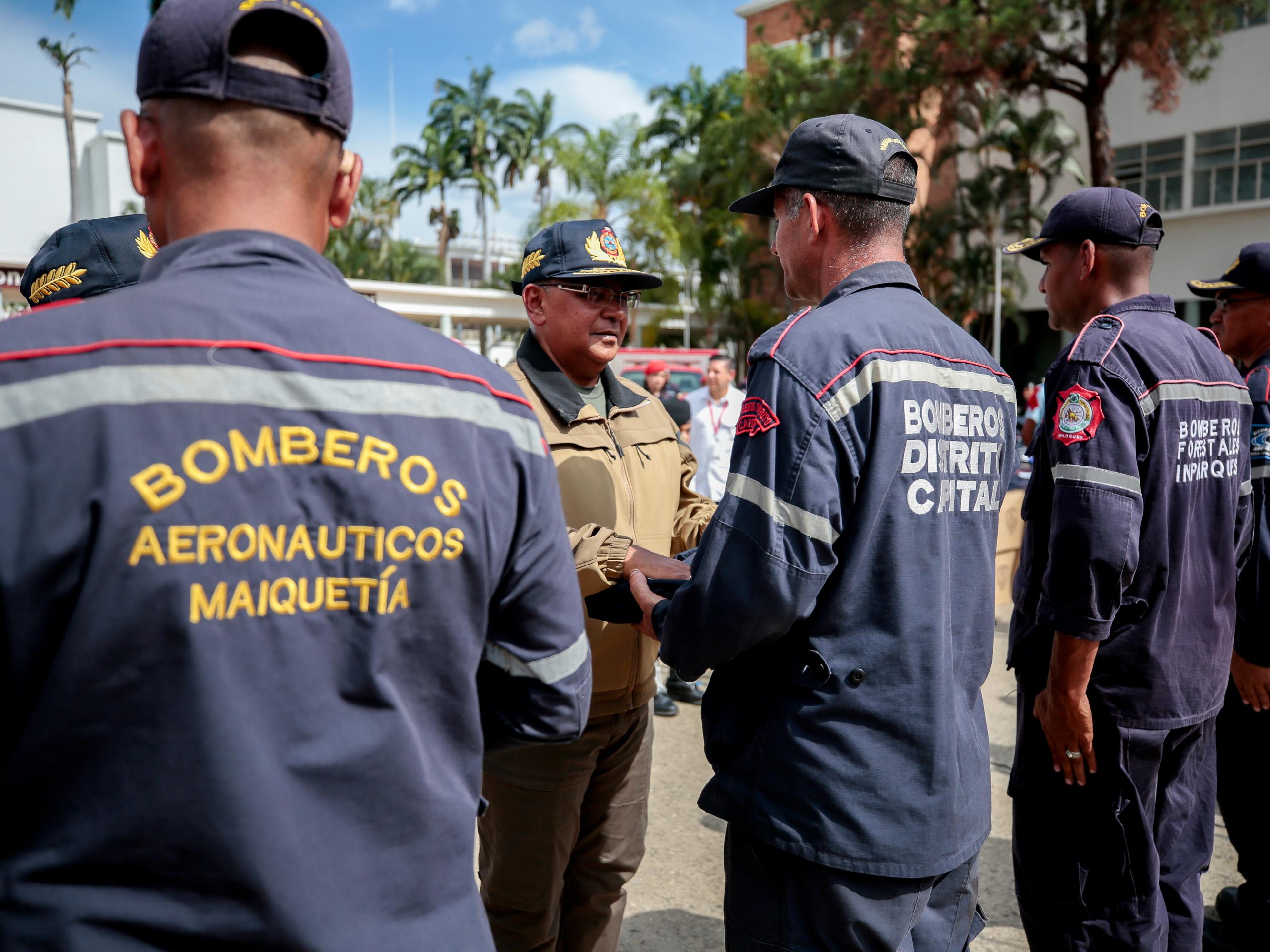 Dotados con uniformes Cuerpos de Bomberos del país