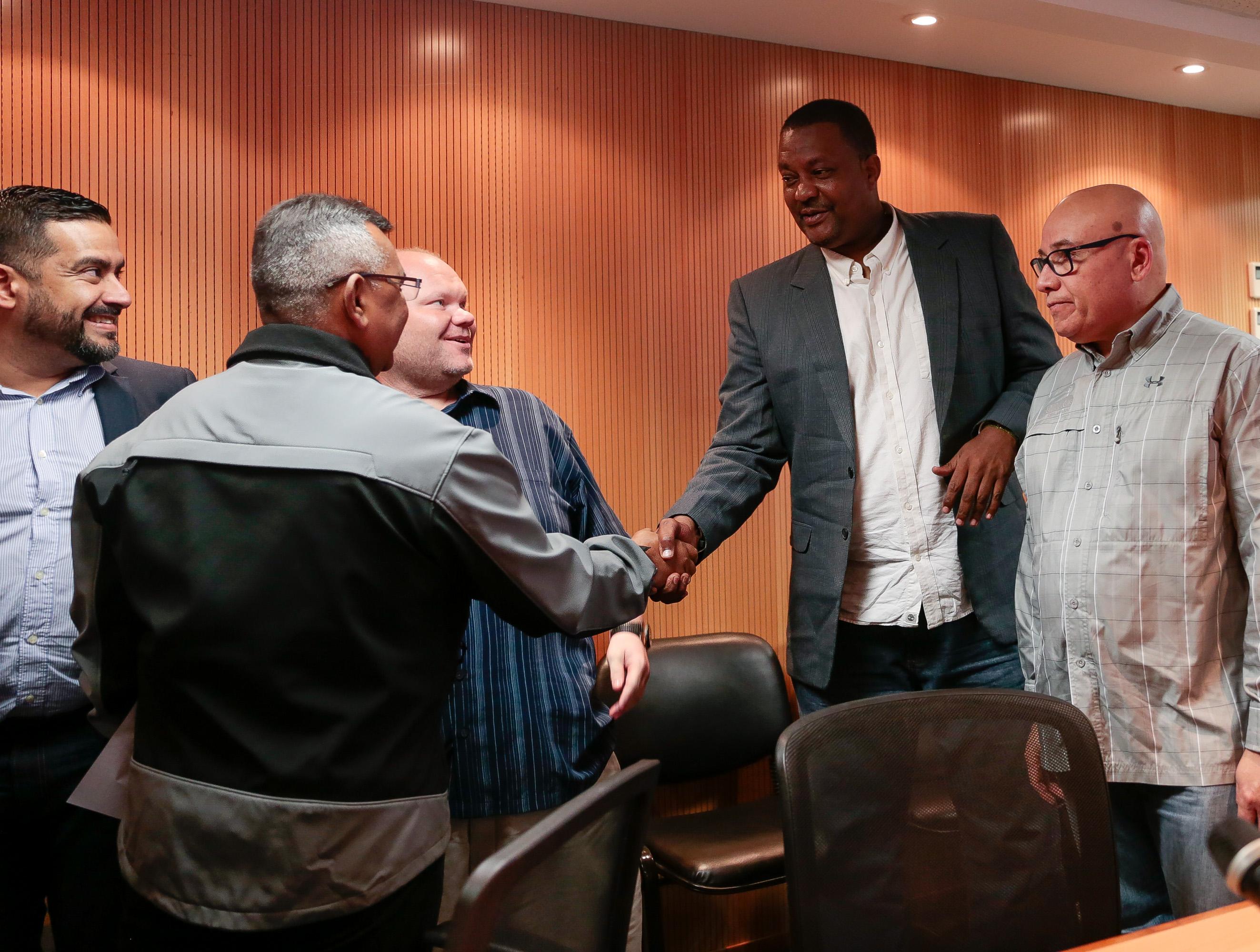 Ministro Néstor Reverol y representantes de la Liga de Baloncesto de Venezuela (5)