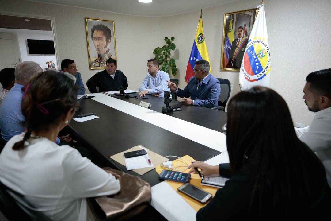 Vicepresidente Sectorial de Obras públicas y Servicios, MG Néstor Luis Reverol con empresas fabricantes de tanques (5)