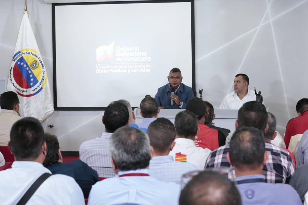 Vicepresidente Sectorial de Obras públicas y Servicios, MG Néstor Luis Reverol en reunión con sector transporte del país (10)